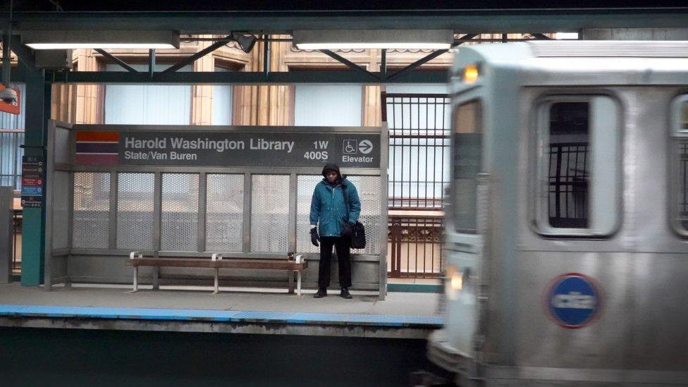Una persona espera por una línea de metro en Chicago.
