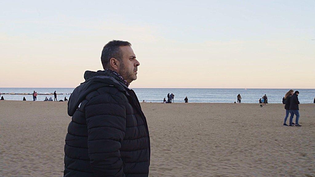 Javier estuvo a punto de quitarse la vida cerca de la playa de Barcelona. DERRICK EVANS / BBC