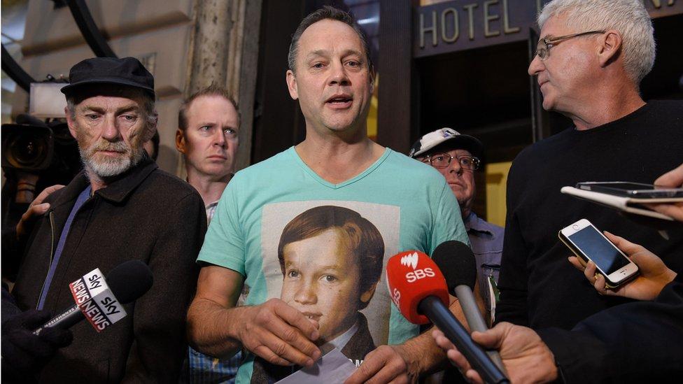 Peter Blenkiron, un superviviente del abuso sexual por sacerdotes en Australia, durante el testimonio del cardenal Pell en 2016