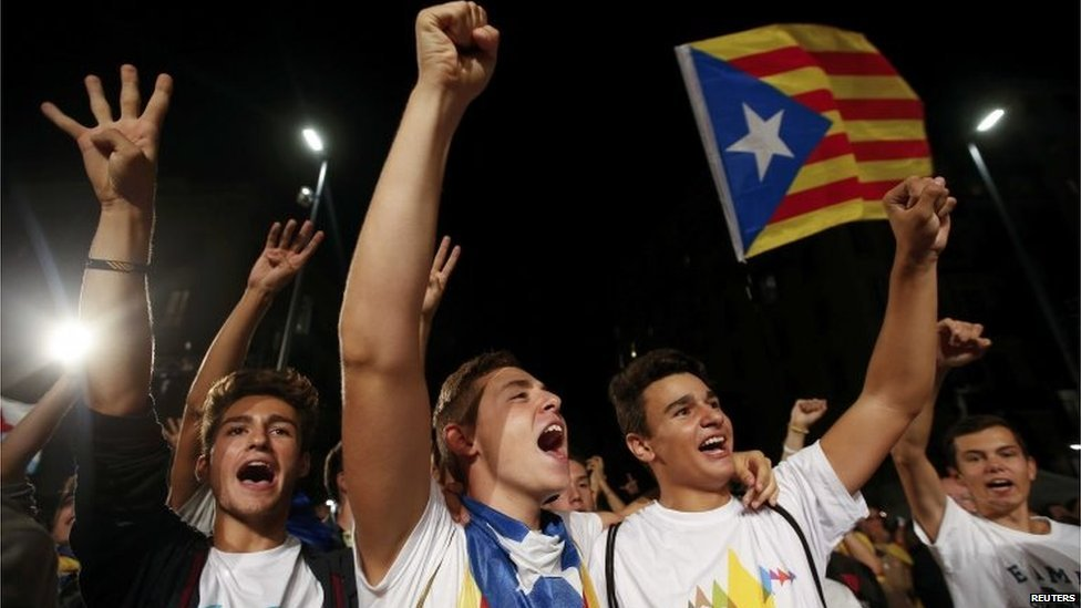 Supporter of secessionist group Junts Pel Si (Together for Yes) react after polls closed in a regional parliamentary election in Barcelona (September 27, 2015)