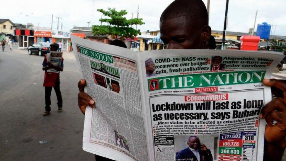 رجل يقرأ صحيفة في أحد شوارع لاغوس
