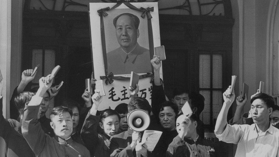 """一個中國使團1967年在大使館大樓外舉著毛澤東的畫像,手持""""毛語錄""""叫喊口號,支持毛澤東。"""