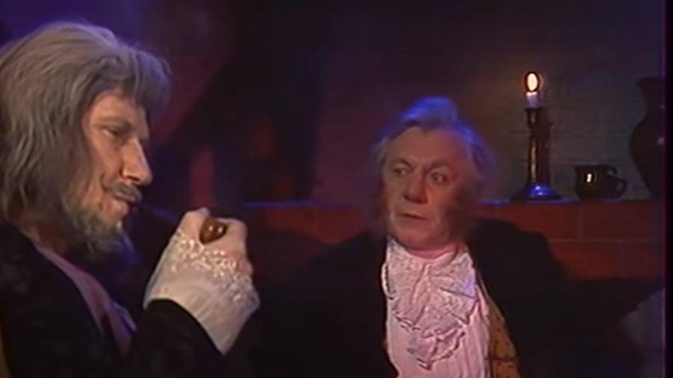 Bilbo el hobbit (der) con Gandalf