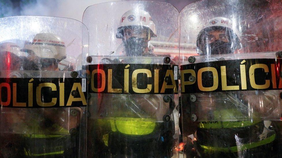 policiais militares de São Paulo atrás de escudos da corporação, em protesto na capital paulista no dia 3 de julho de 2021