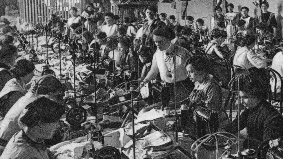 Old black and white photo: seamstresses of the National Union of Women, Frankfurt am Main, Germany, 1915.