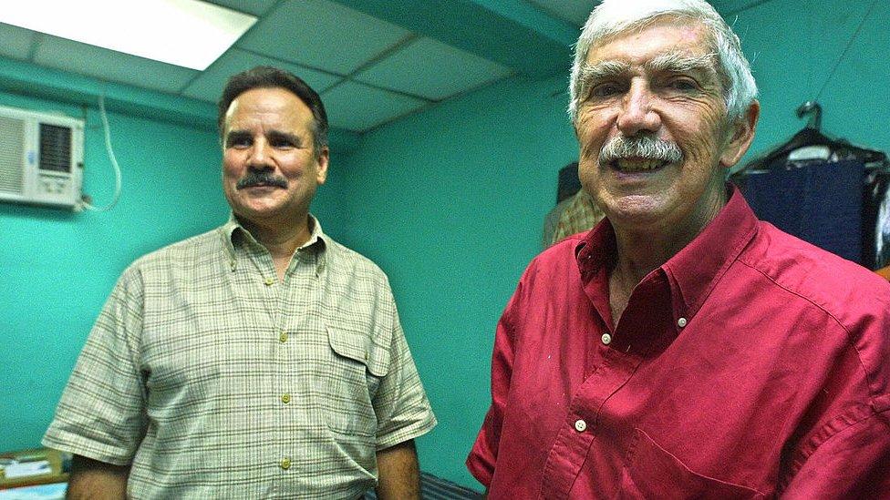 Luis Posada Carriles (derecha), fotografiado en 2003 en Panamá.