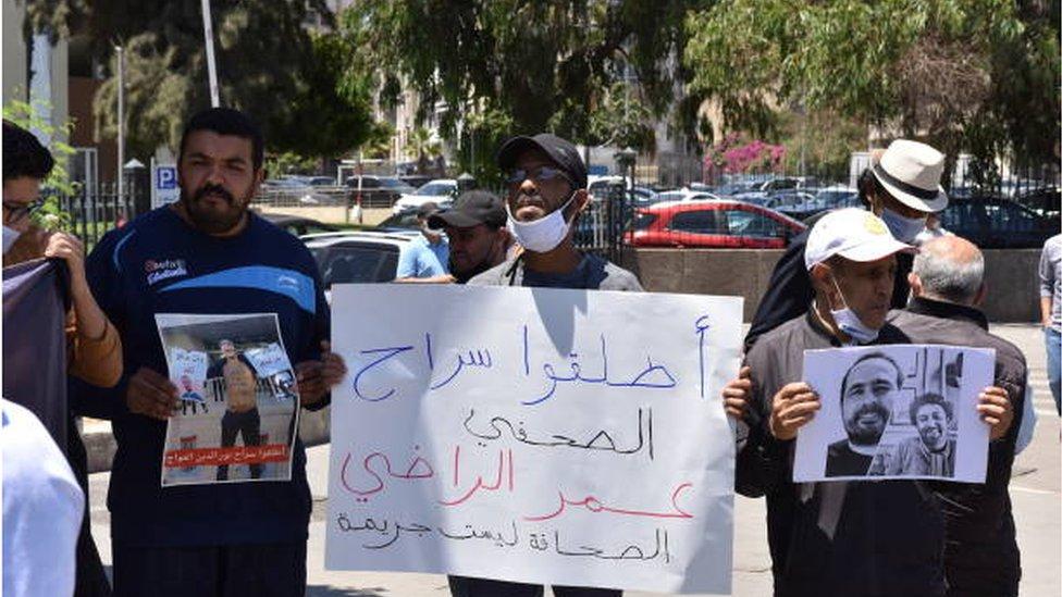وقفة احتجاجية في الدار البيضاء تطالب بالإفراج عن الصحفيين سليمان الريسوني وعمر راضي.