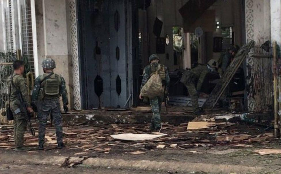 Soldados afuera de la iglesia