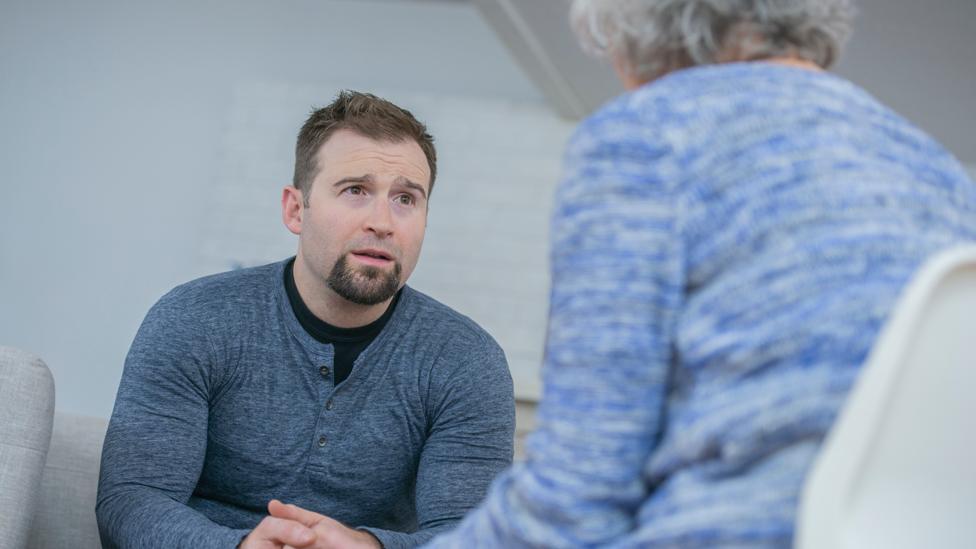 Hombre dialogando con una mujer