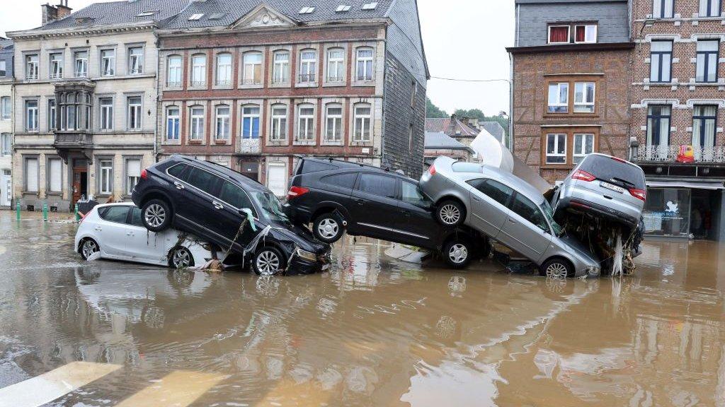 Autos apilados uno encima del otro en Verviers, Bélgica.