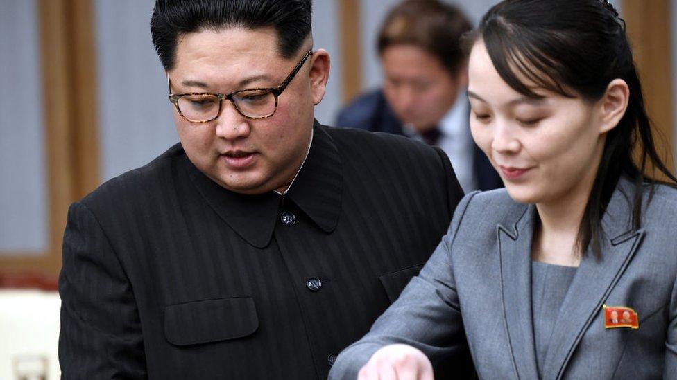 Kim Jong-un junto a su hermana, Kim Yo-jong, con quien tiene una relación muy próxima.