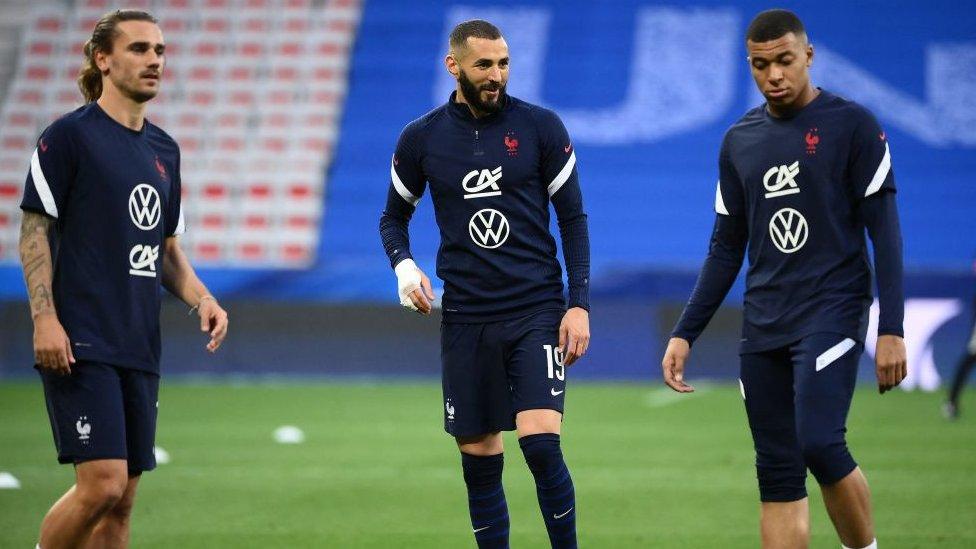 Los jugadores franceses Antoine Griezmann, Karim Benzema y Kylian Mbappé.