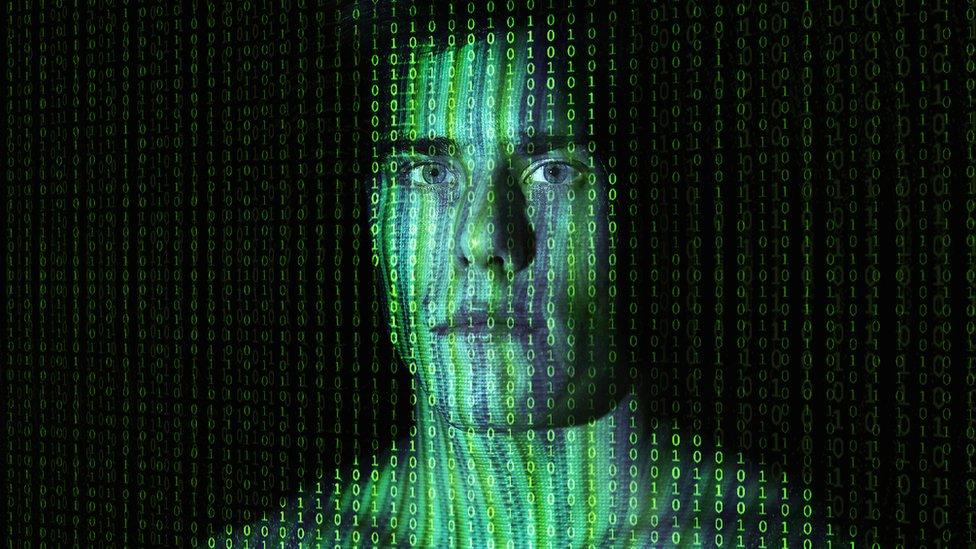 Hombre con algoritmos