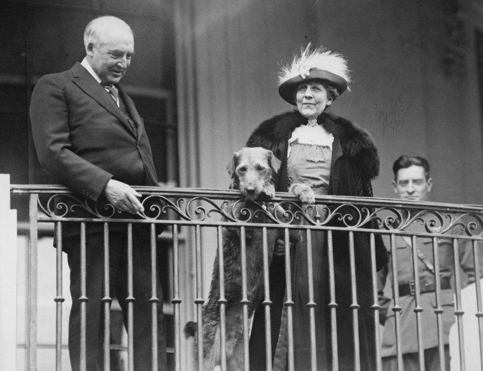 الرئيس وارن جي هاردينغ والسيدة الأولى فلورنس هاردينغ يقفان جنبا إلى جنب مع كلبهما
