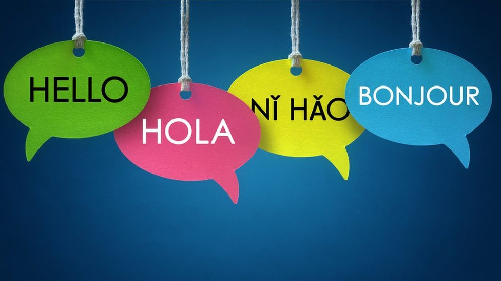 Globos de diálogos con la palabra hola en diferentes idiomas.