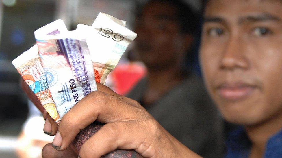 Hombre con pesos mexicanos