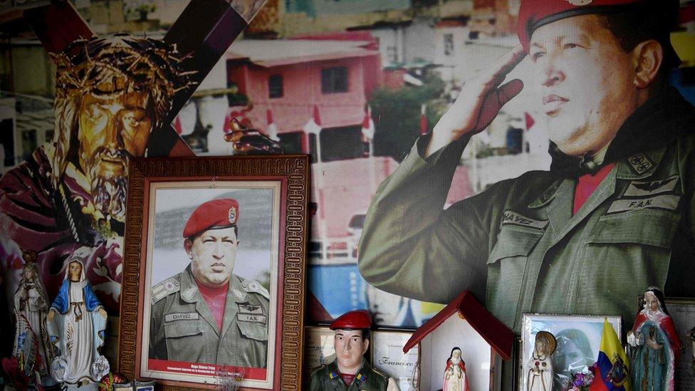 Sebuah 'altar' didedikasikan untuk pemimpin Revolusi Bolivia, Hugo Chavez