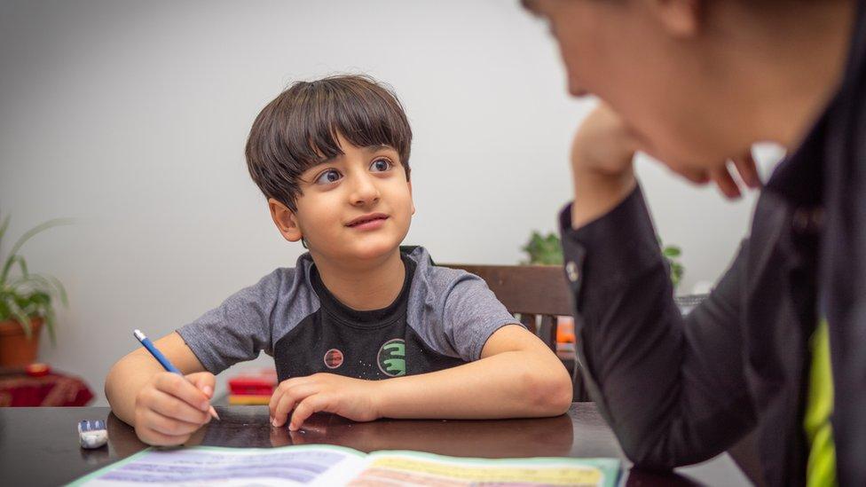 Un niño con un maestro