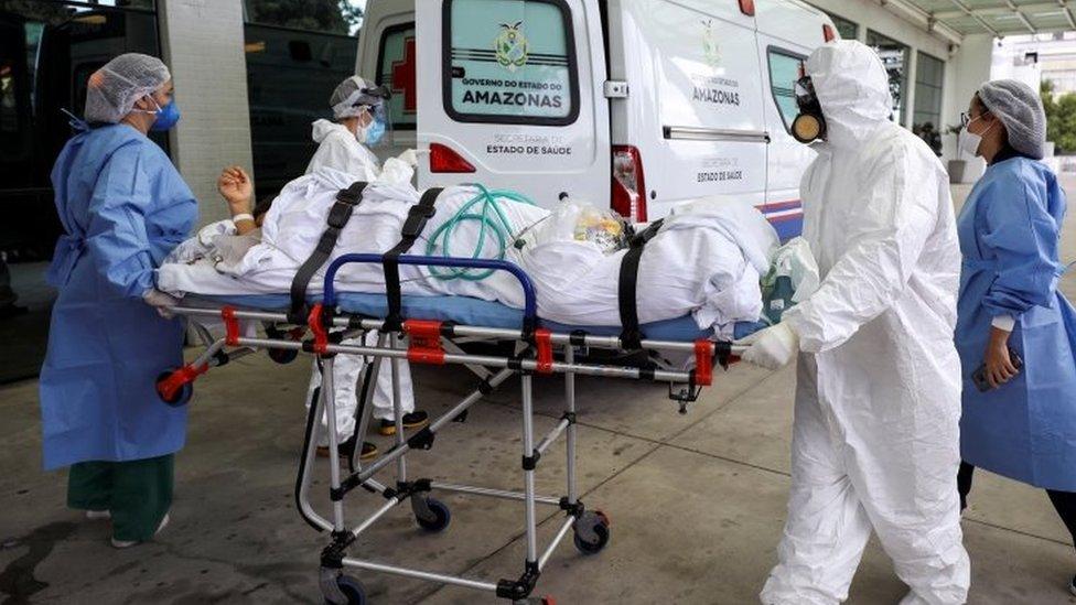 Paciente de covid-19 transportado a hospital em Manaus, em janeiro