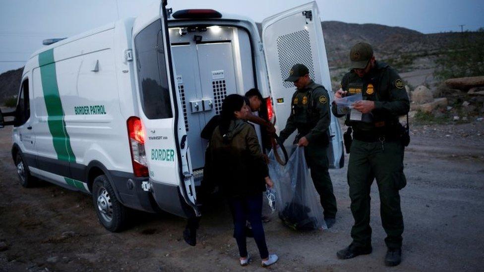 Agentes de la patrulla fronteriza y un migrante