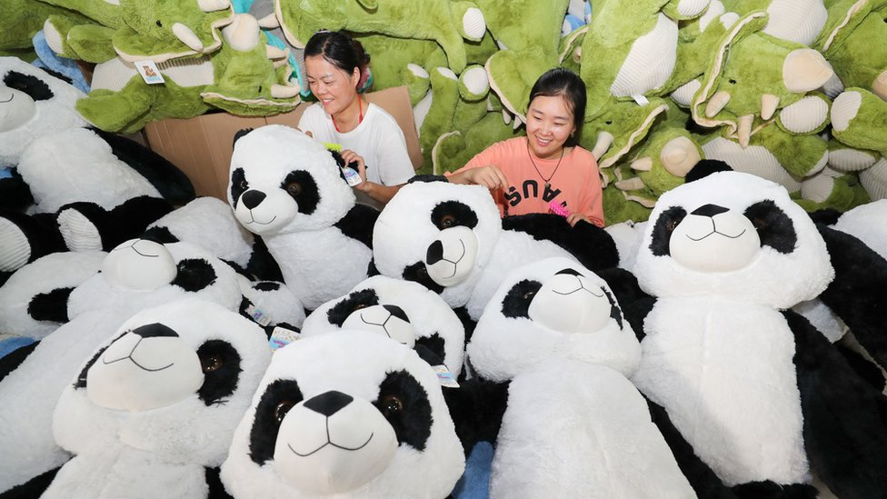 中國江蘇連雲港一家工廠內兩名女工在整理大熊貓娃娃玩具(13/8/2020)