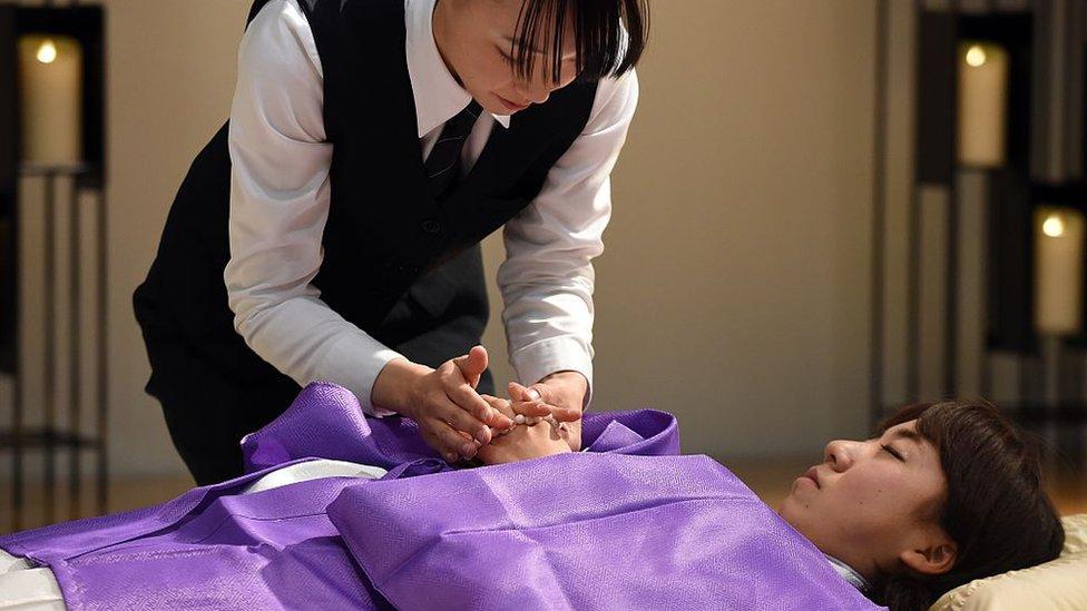 Mujeres ensayando el protocolo de un funeral tradicional japonés.