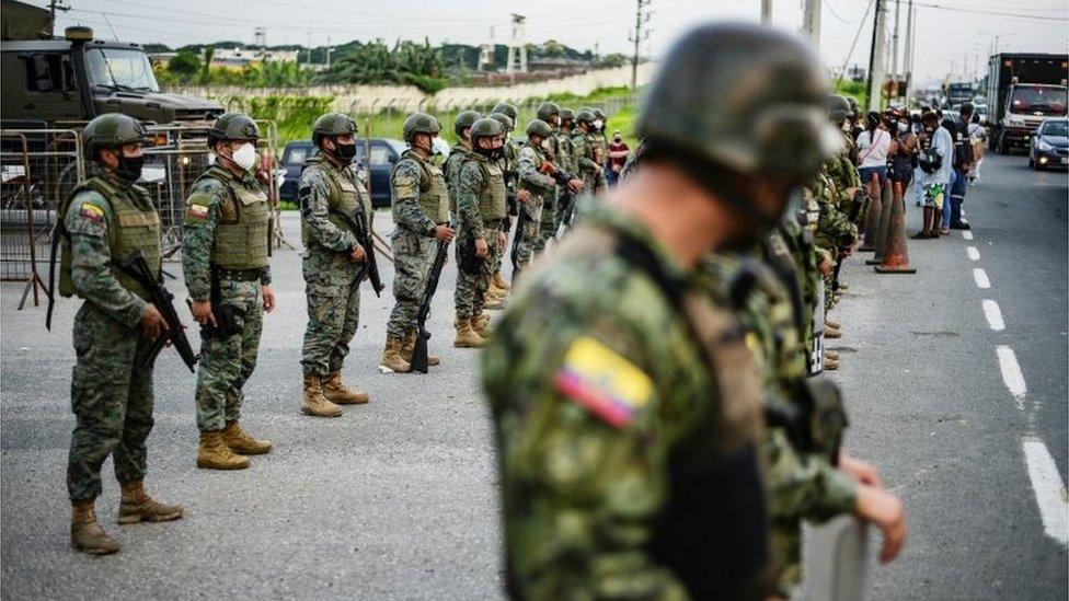 نشرت السلطات قوات للمساعدة في قمع أعمال العنف