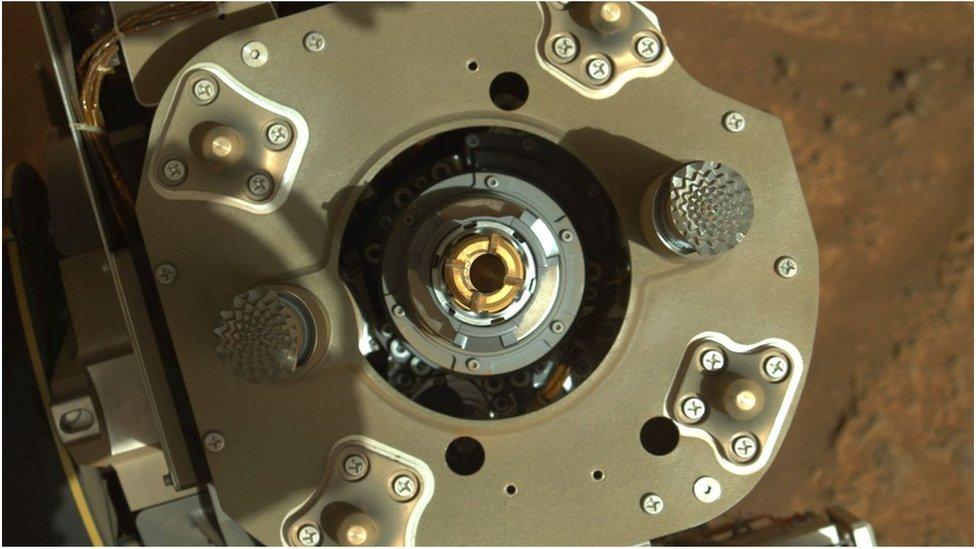 Sistema de extracción de rocas marcianas del Perseverance.