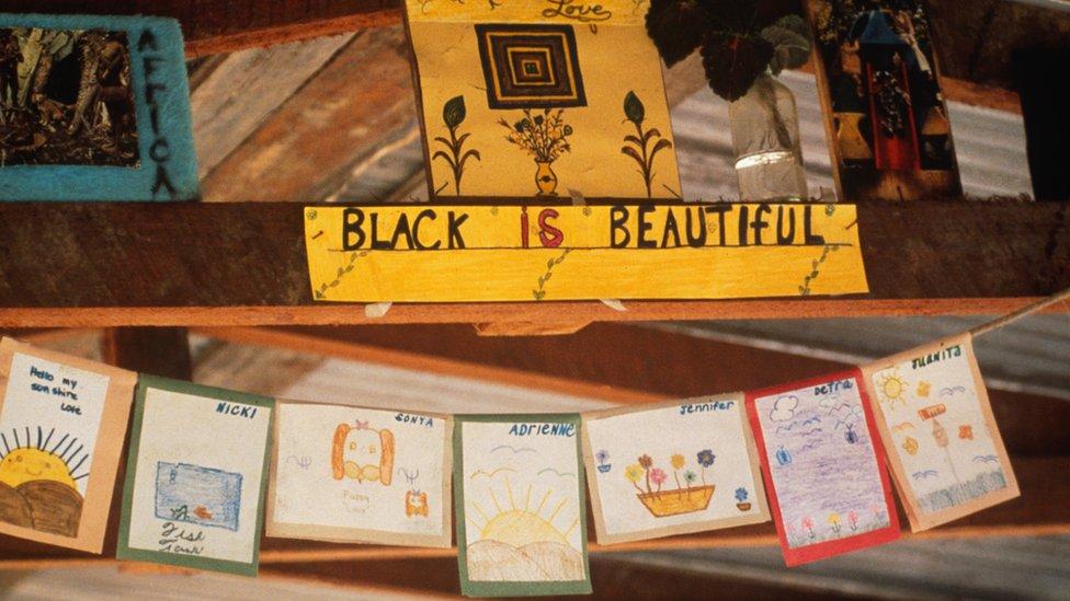 """Decoración en la escuela, fotografiada después, en la que se lee """"Negro es bonito""""."""