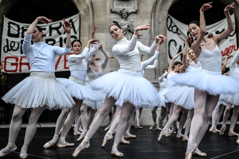 انضم الراقصون في أوبرا باريس إلى احتجاجات باريس الواسعة ضد مقترح الرئيس ماكرون في ديسمبر/كانون الأول الماضي بخصوص الراتب التقاعدي