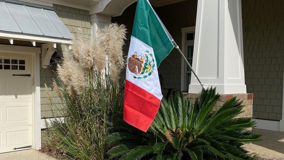 Una casa en Wilmington con una bandera mexicana