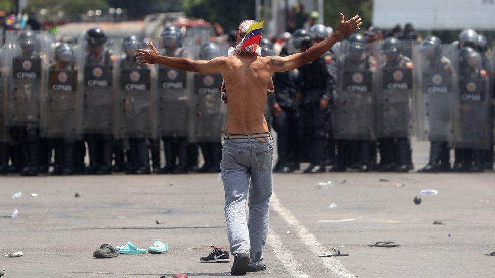 NO USAR/ BBC  La Policía Nacional Bolivariana mantuvo bloqueado el paso por el puente internacional Simón Bolívar.