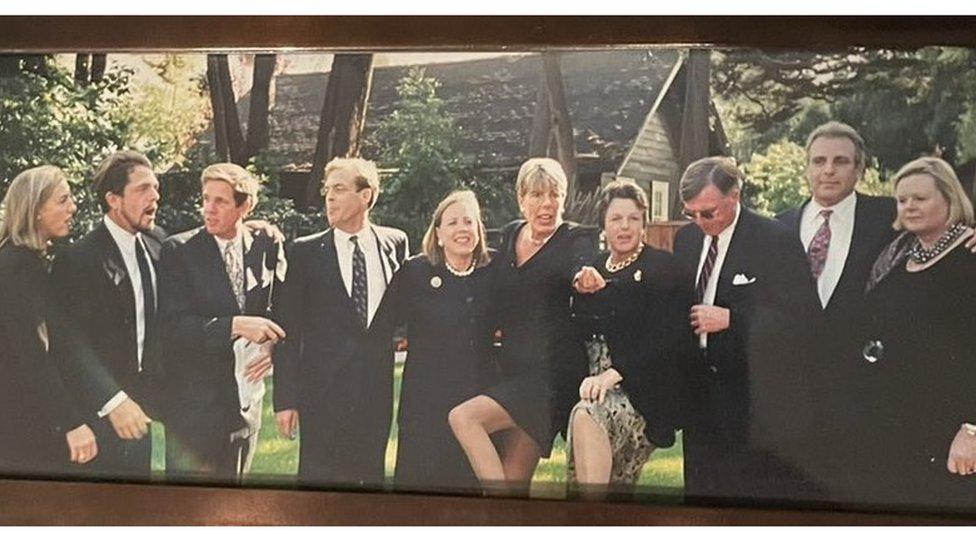 Los diez hijos de Ann en orden de edad de derecha a izquierda
