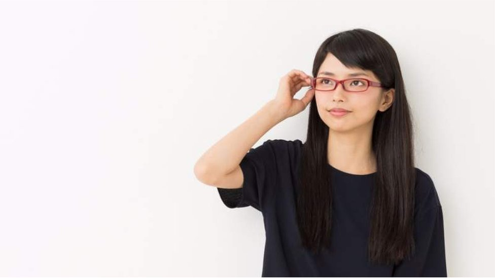 Una mujer japonesa con anteojos