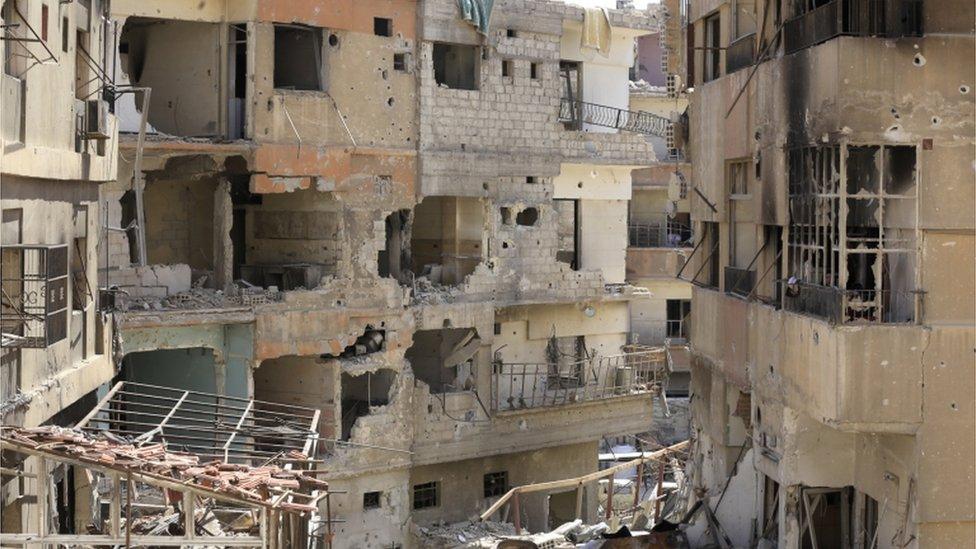 صورة المباني المدمرة في دوما في ضواحي دمشق في 16 أبريل/نيسان 2018 خلال جولة إعلامية منظمة بعد إعلان الجيش السوري عن مغادرة جميع الفصائل المعارضة للنظام للغوطة الشرقية