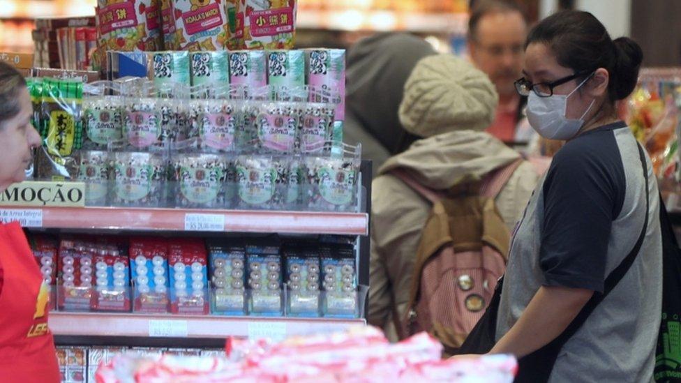 Una mujer asiática en un supermercado en Brasil.