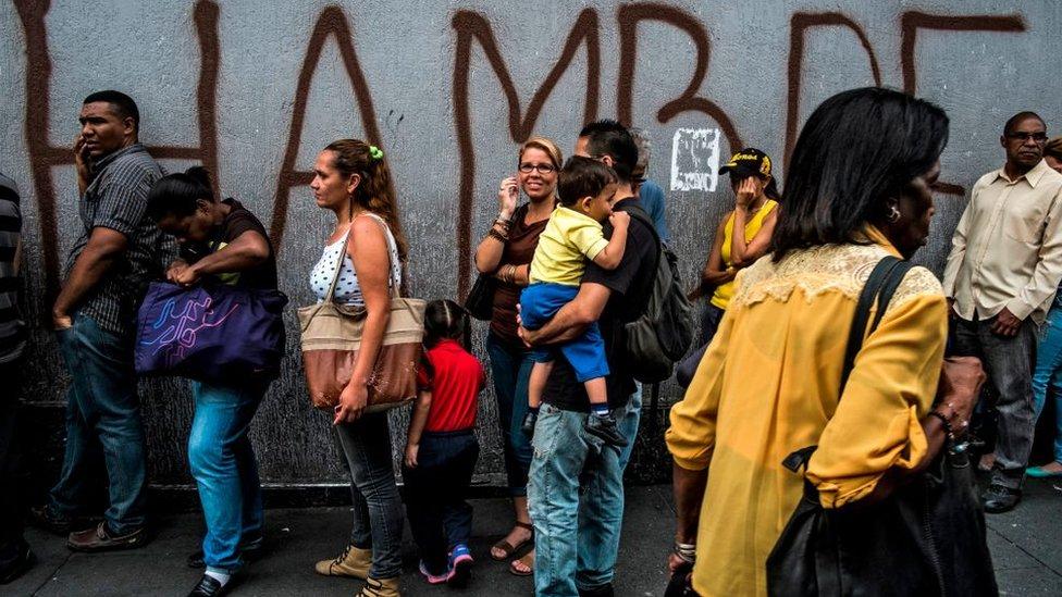 Gente haciendo cola en Caracas