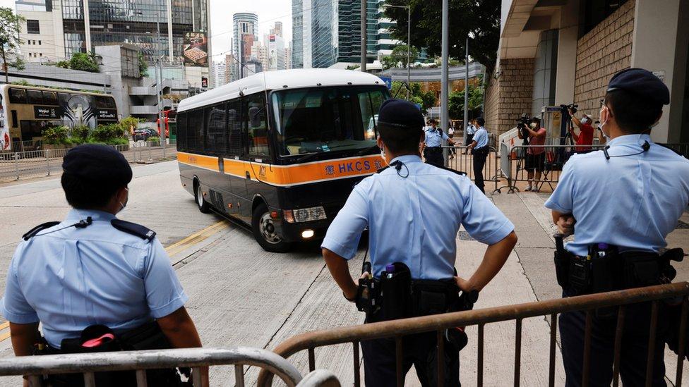 庭審當天,警方在法院大樓外布防。