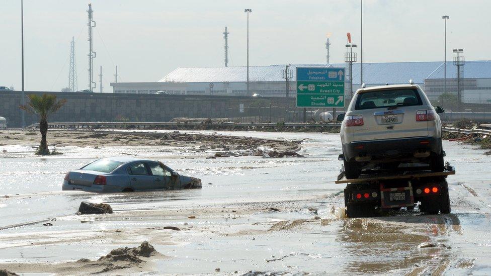 صورة من السيول التي سببتها الأمطار في الكويت. الصورة بتاريخ العاشر من نوفمبر