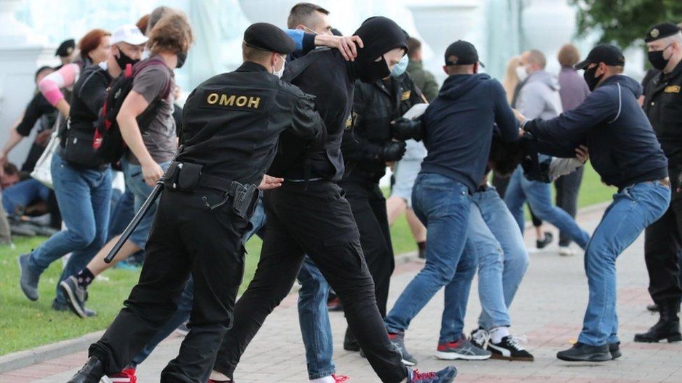 Policija i demonstranti u Minsku