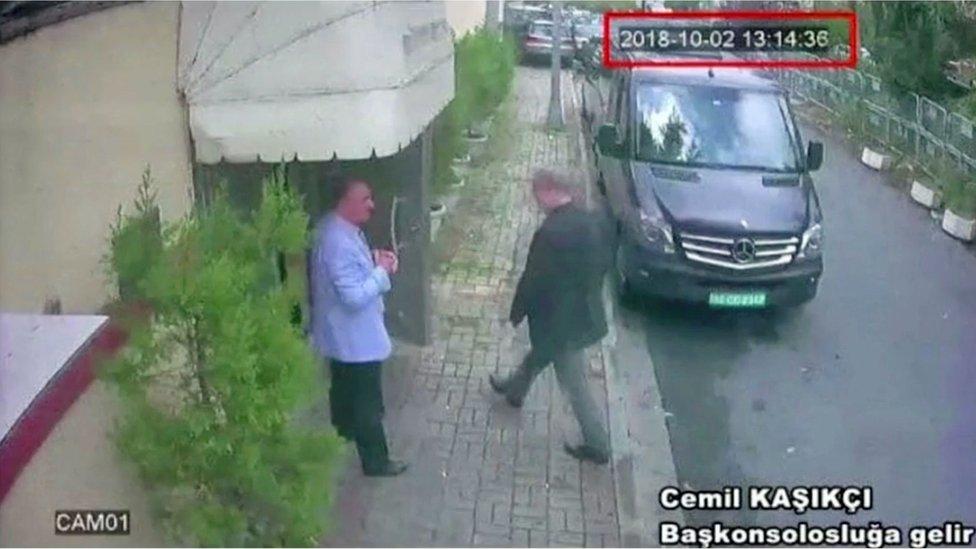 Momento en el que el periodista Jamal Khashoggi ingresa al consulado saudita en Estambul.