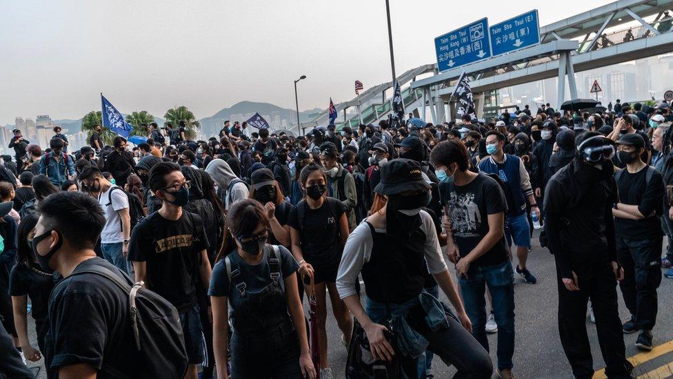 許多人帶口罩出席遊行。