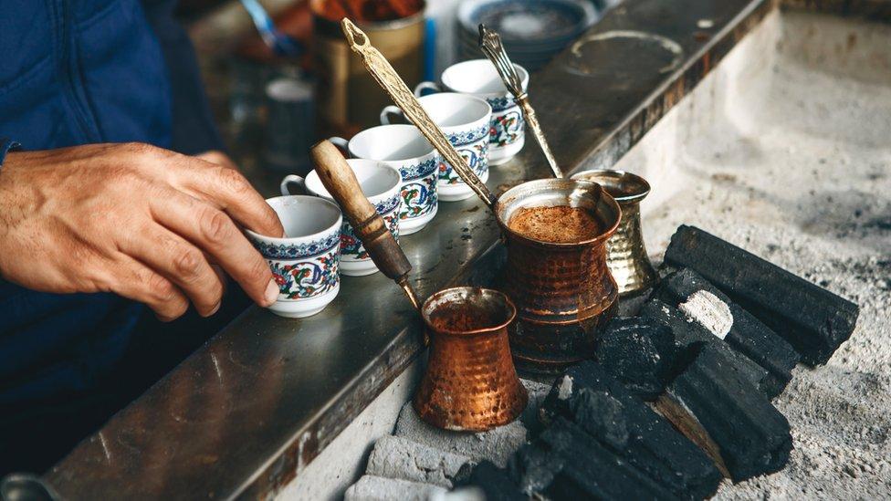 Čovek pravi tursku kafu u Istanbulu