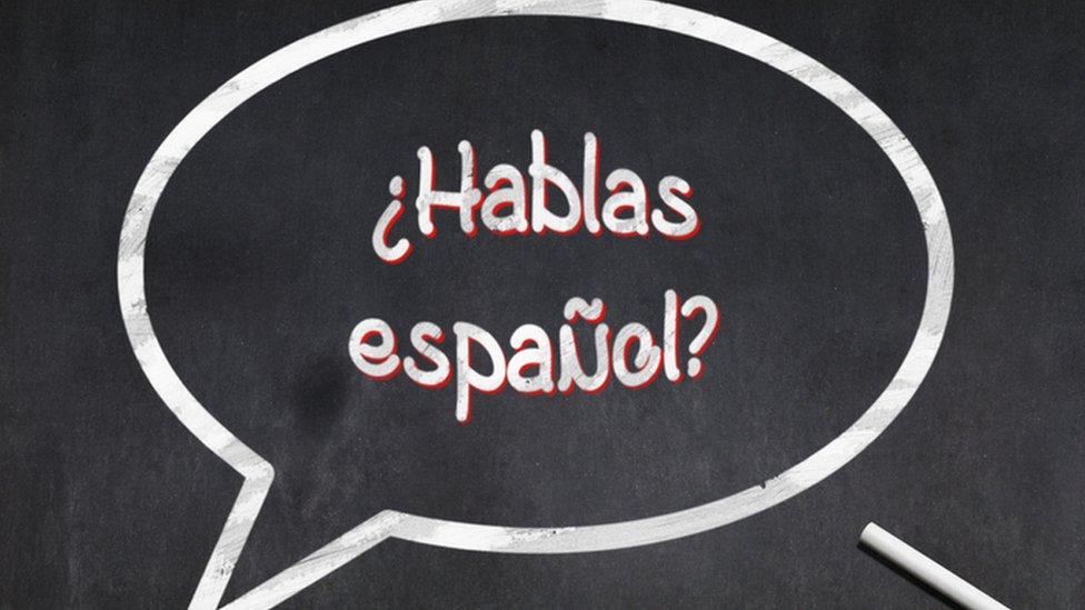 Pizarra con la frase ¿hablas español?