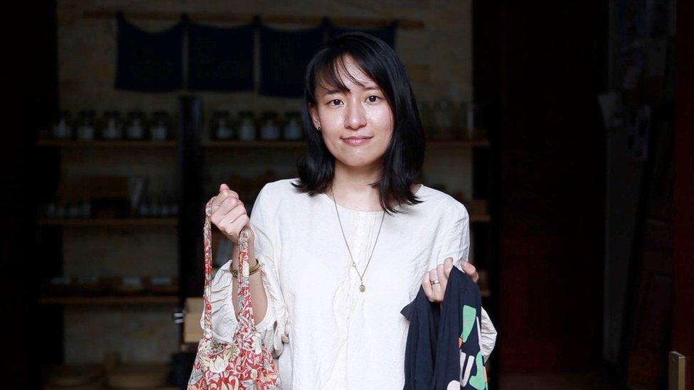 Thao Hoang dengan dua tas yang bisa dipakai berulang kali.