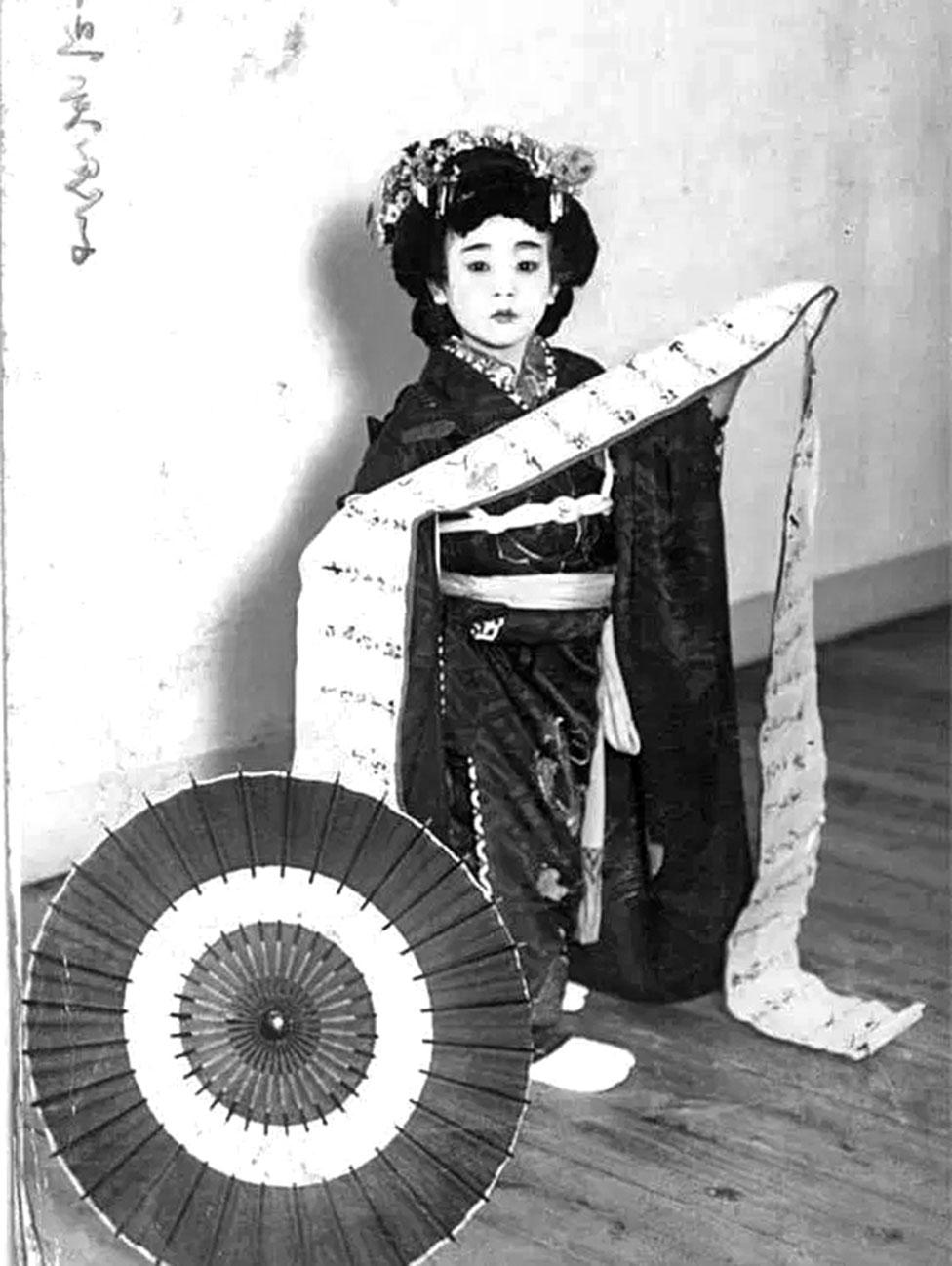 惠美子的姐姐童年身穿日本傳統服飾的照片。