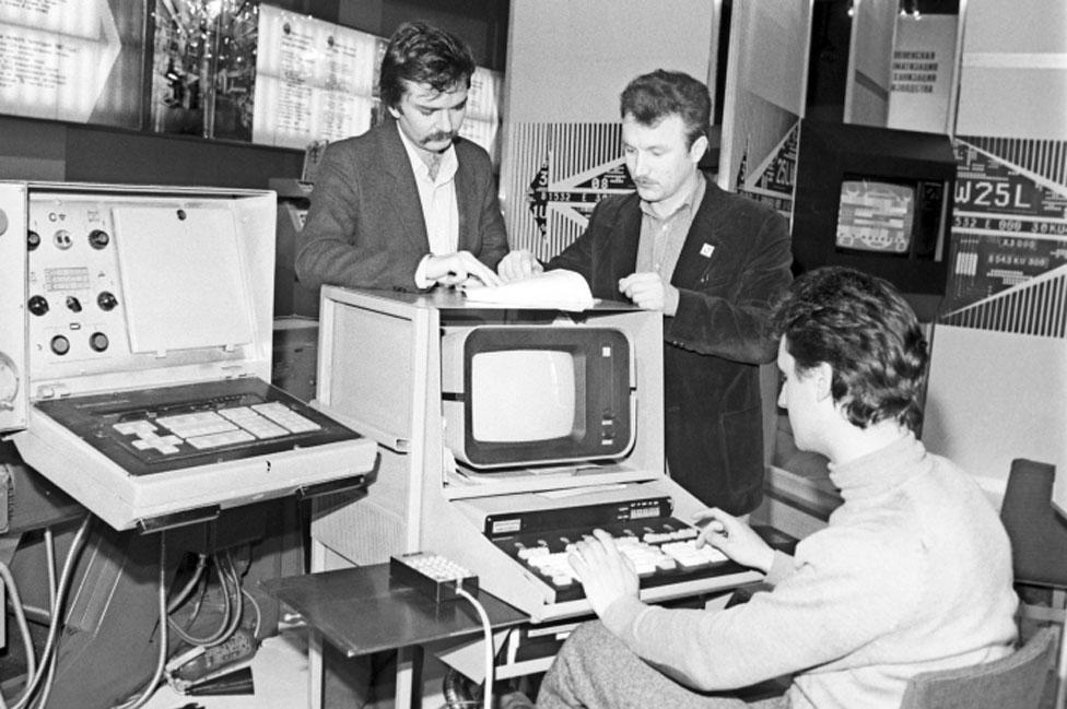 Tres hombres con una computadora industrial en la URSS en los años '80.