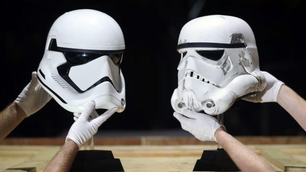 Dua helm Stormtrooper juga akan dilelang.