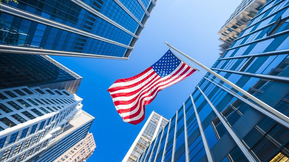 Edificio y bandera de EE UU
