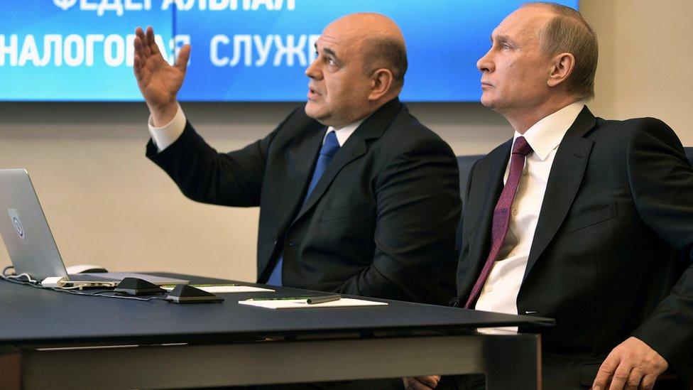 Mihail Mişustin (solda) ve Putin (sağda)